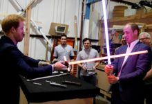 William e Harry giocano con delle spade laser