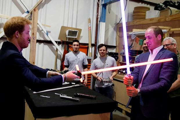 William e Harry giocano con delle spade laser