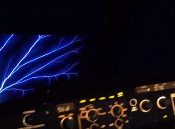 Una foto del fuoco di St'Elmo ripresa da un aereo di linea