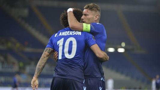 Felipe Anderson abbracciato da Immobile dopo la rete del provvisorio 2-1 sulla Dinamo Kiev.
