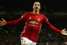 Zlatan Ibrahimovic esulta con addosso la maglia del Manchester United.