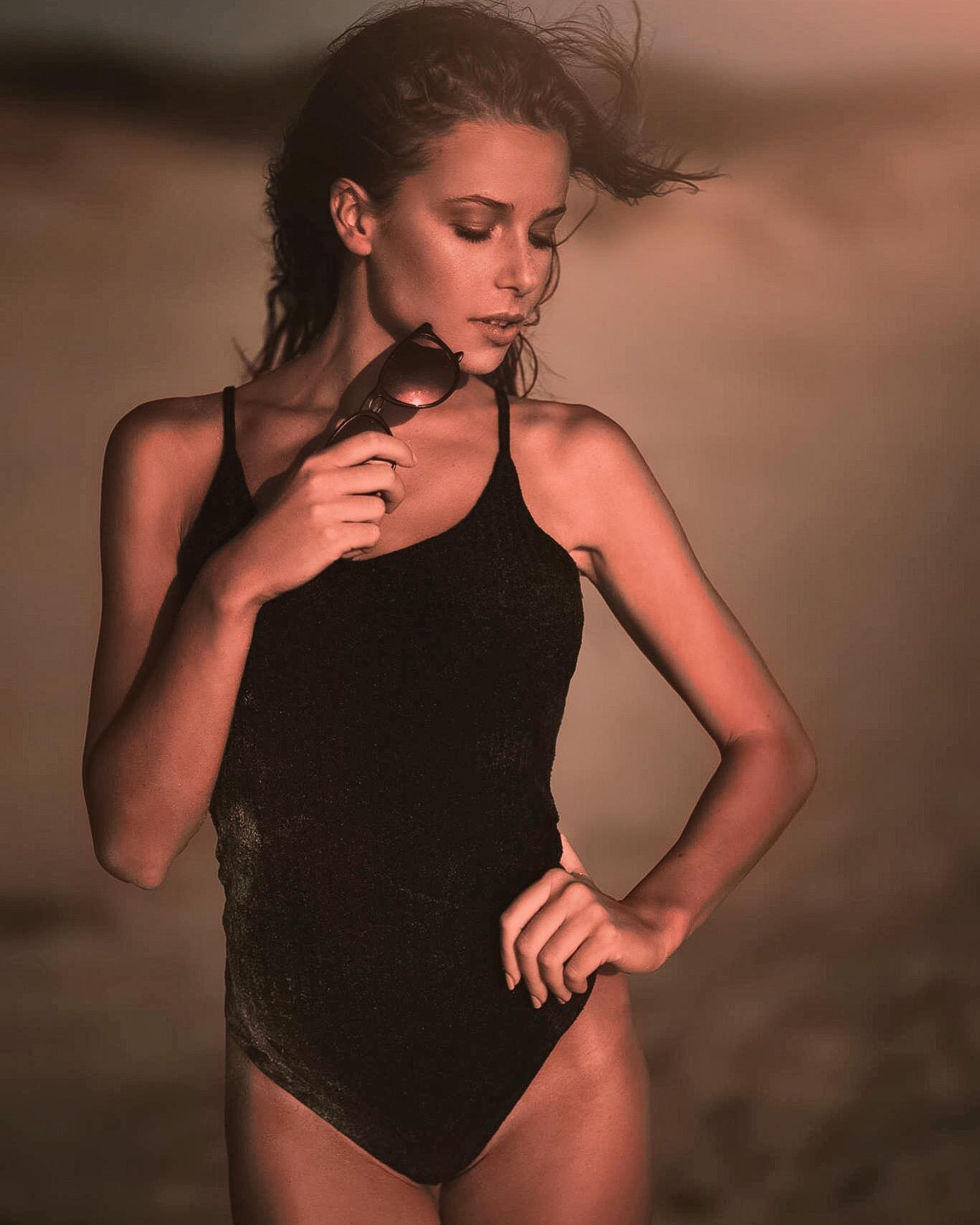 Foto di Ilaria Loriga vestita di nero