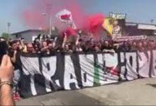 """Il gruppo ultras """"Tradizione"""" incita sonoramente i calciatori juventini davanti i cancelli del centro sportivo di Vinovo."""