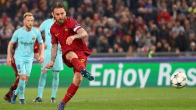 De Rossi mentre calcio il penalty che varrà il provvisorio 2-0 della Roma sul Barcellona, il 10 aprile
