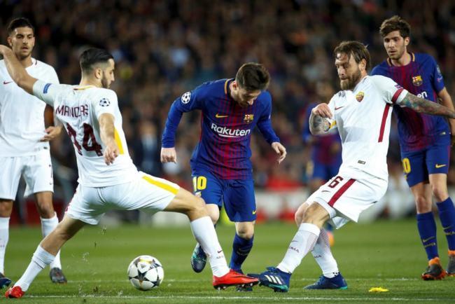 Messi fronteggiato da De Rossi e Manolas durante la sfida d'andata tra Barcellona e Roma del 4 aprile