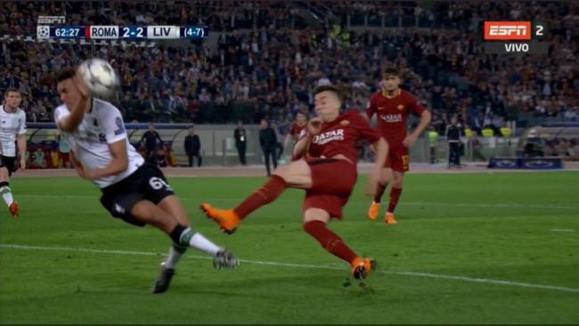 Alexander-Arnold interviene con la mano sul tiro di El Shaarawy in Roma-Liverpool del 2 maggio