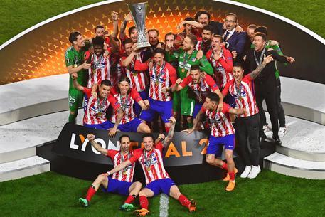 L'Atletico Madrid solleva al cielo la coppa dopo la conquista dell'Europa League