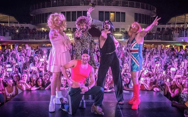 I Backstreet Boys nei panni delle Spice Girls