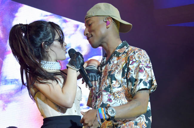 "Camila Cabello e Pharrell Williams cantano ""Sangria Wine"""