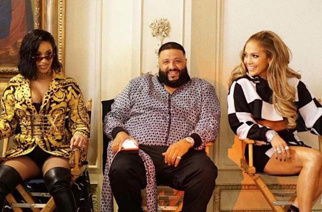 "Cardi B, DJ Khaled e Jennifer Lopez in una scena del video di ""Dinero"""