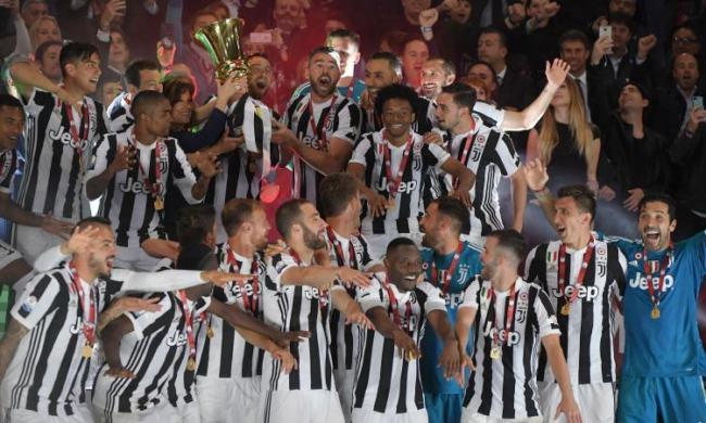 I calciatori della Juventus alzano al cielo la Coppa Italia edizione 2017/2018