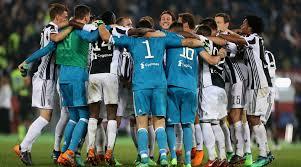 I calciatori della Juventus festeggiano la conquista dello scudetto all'Olimpico, il 13 maggio