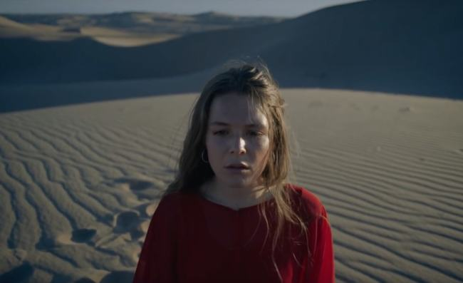 """Maggie Rogers nel video di """"Fallingwater"""""""