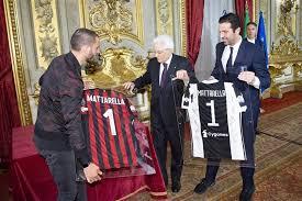 Buffon e Bonucci consegnano in dono le maglie di Juventus e Milan al Presidente della Repubblica, Sergio Mattarella.