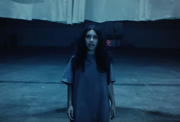 "Alessia Cara nel video di ""Growing Pains"""