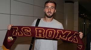 Cristante con la sciarpa della Roma dopo il suo arrivo a Fiumicino