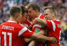 Dzyuba abbracciato dai suoi compagni di squadra dopo la rete del provvisorio 3-0 della Russia sull'Arabia Saudita.
