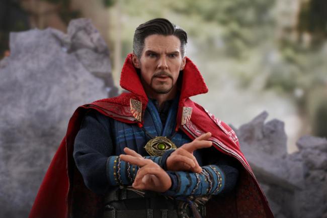 Avengers: inifity war. Doctor strange con mantello dietro