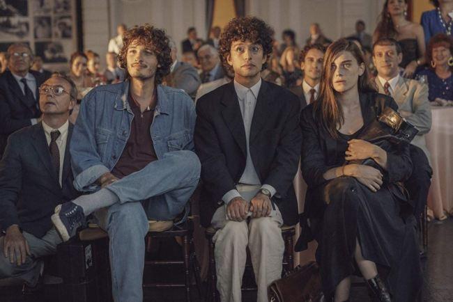 I tre protagonisti del film nella scena del film in cui attendono la proclamazione del vincitore del premio Solinas