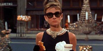 Audrey Hepburn nella scena del film Colazione da Tiffany