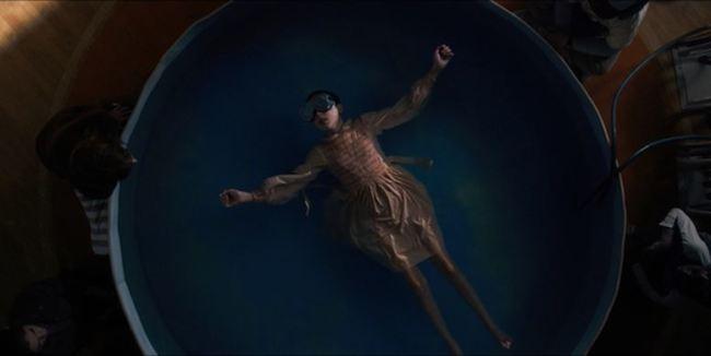 Undici, nell'iconica scena della piscina gonfiabile