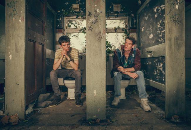 Otis e Adam durate una seduta di terapia a scuola