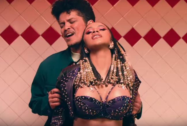 Bruno Mars e Cardi B nel video di Please Me