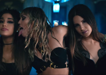 Ariana Grande, Miley Cyrus - che slinguazza Ariana - e Lana Del Rey nel video di Don't Call Me Angel
