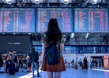 donna in aeroporto foto