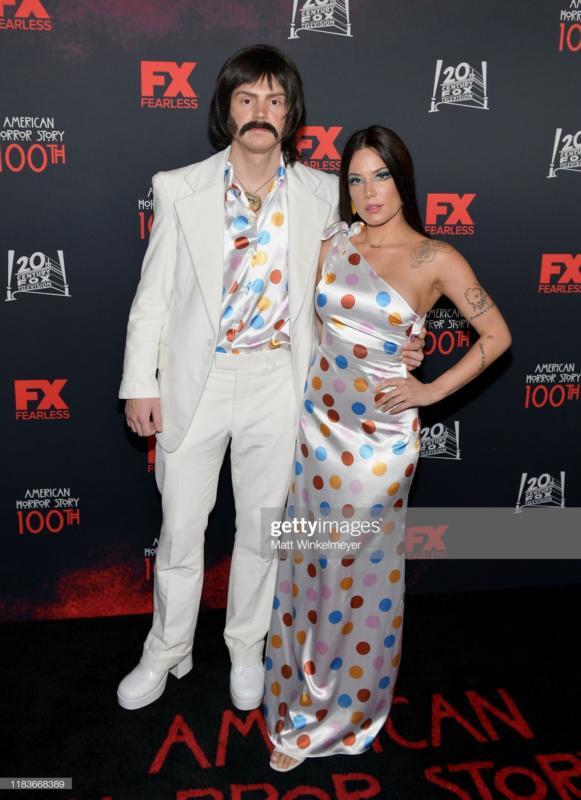 Evan Peters e Halsey nel panni di Sonny e Cher