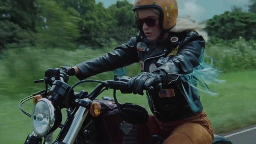 Katy Perry viaggia sulla moto nel video di Harleys in Hawaii