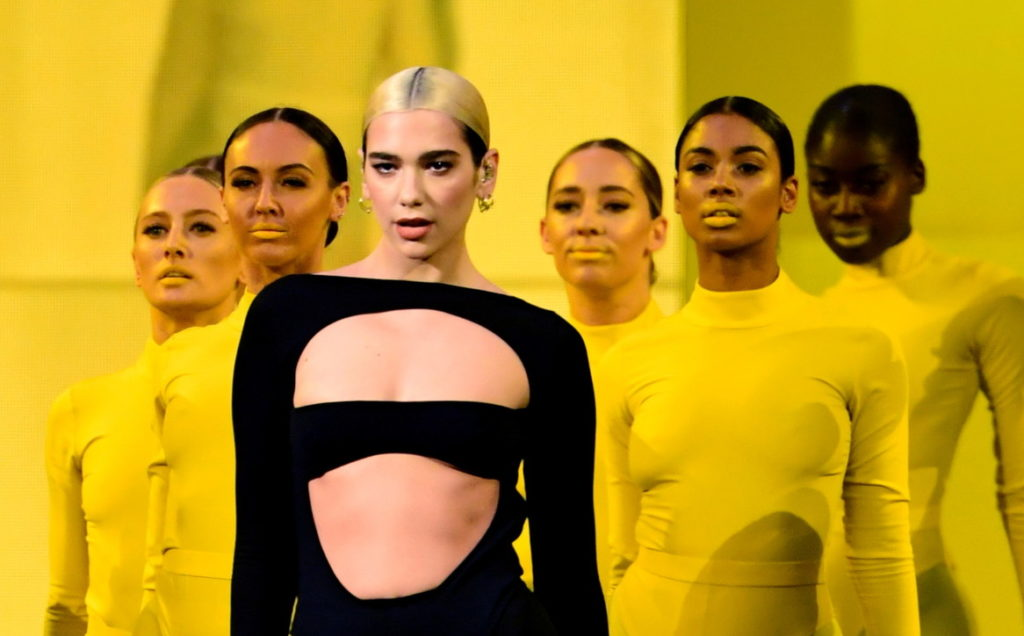 Dua Lipa si esibisce agli EMA 2019