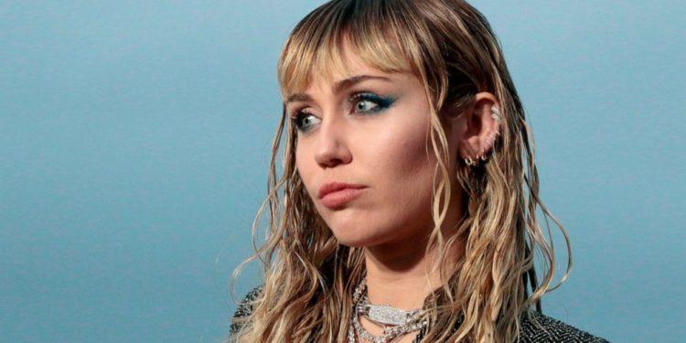 Miley Cyrus operata alla gola