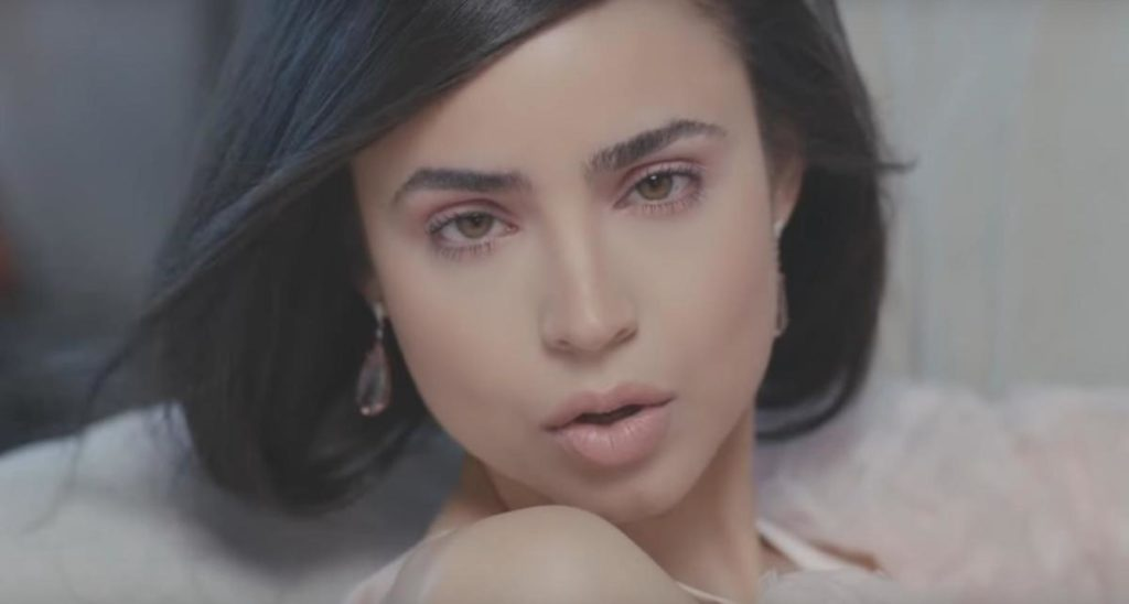 Sofia Carson nel video di I Luv U