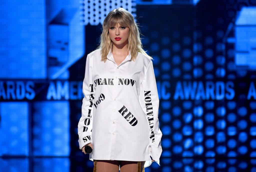 Taylor durante l'esibizione agli AMA