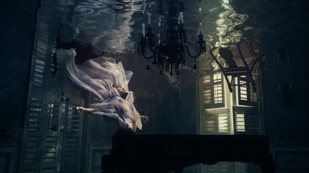 Harry Styles affonda nel video di Falling