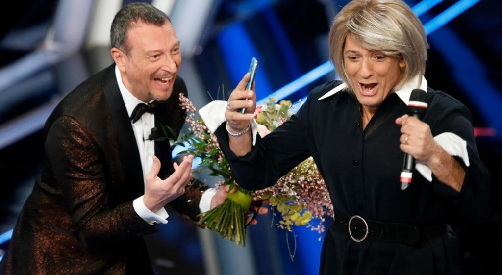 Fiorello si traveste da Maria De Filippi a Sanremo 2020