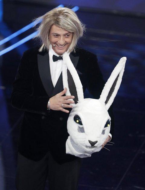 Fiorello si traveste da Coniglio alla semifinale di Sanremo