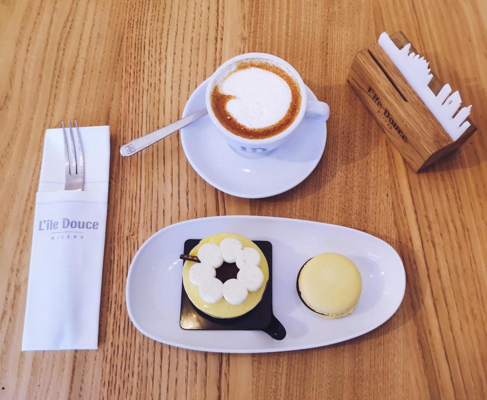 parisienne, macaron al cioccolato e cappuccino di soia da L'Ile Douce.