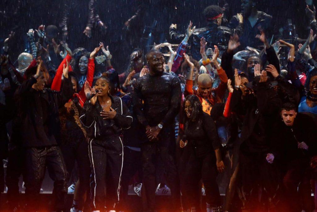 Stormzy si esibisce ai Brit Awards 2020