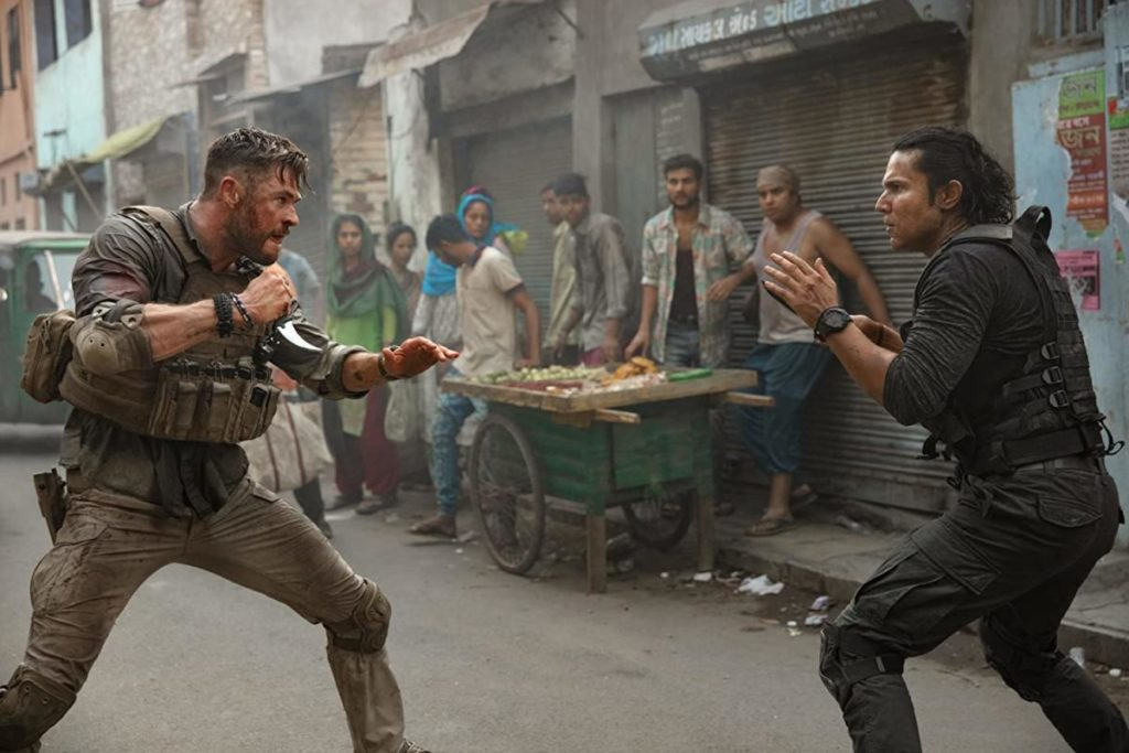 Randeep Hooda e Chris Hemsworth in Tyler Rake