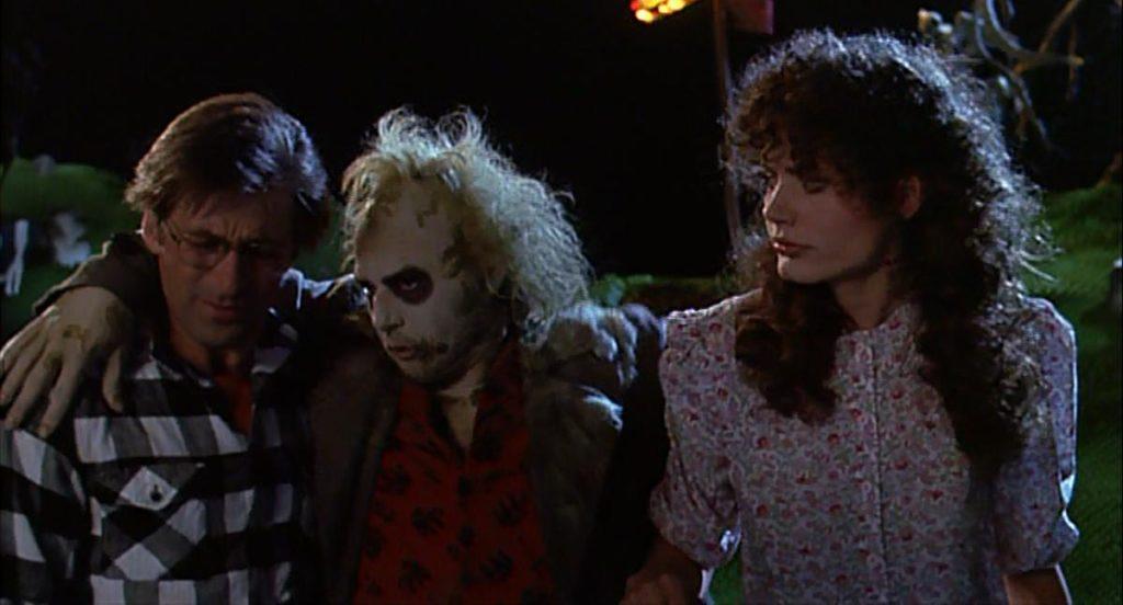 Alec Baldwin, Michael Keaton e Geena Davis in una scena di Beetlejuice