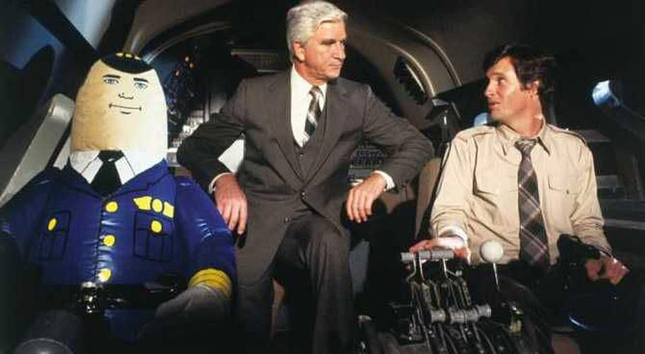 Leslie Nielsen e Ted Kramer in L'aereo più pazzo del mondo