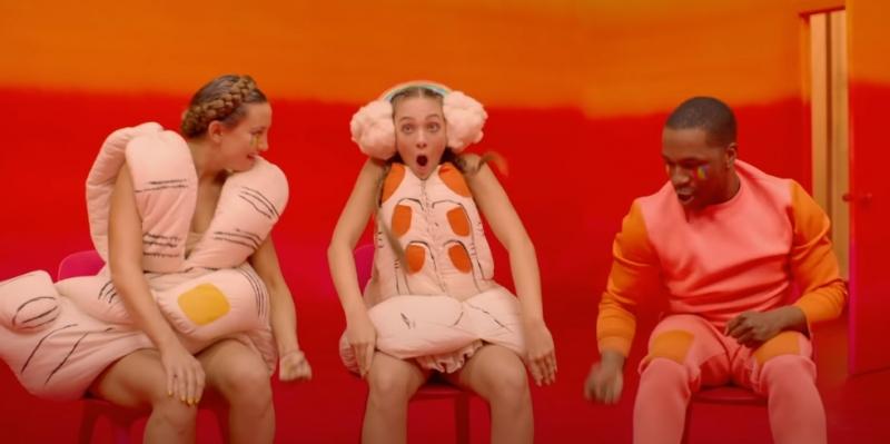 Kate Hudson Maddie Ziegler e Leslie Odom Jr Video Together