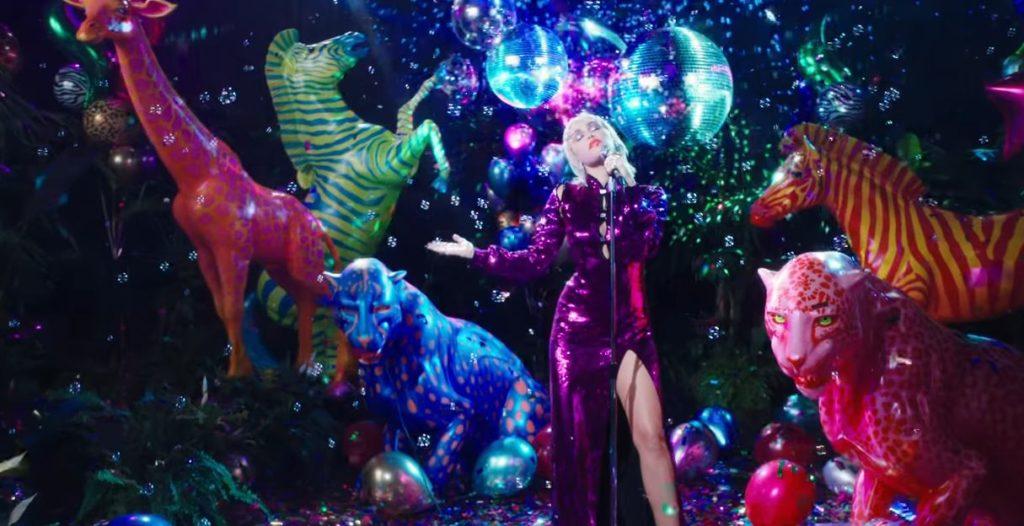 Miley Cyrus nel video di Midnight Sky