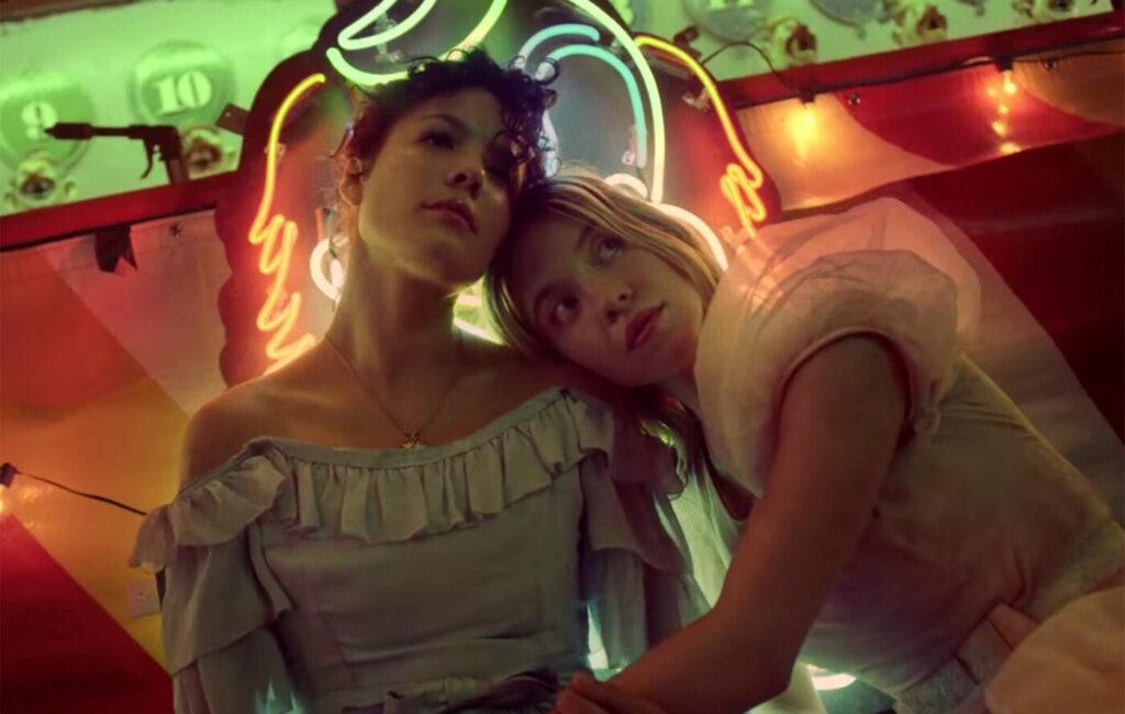 Halsey e Sydney Sweeney nel video di Graveyard