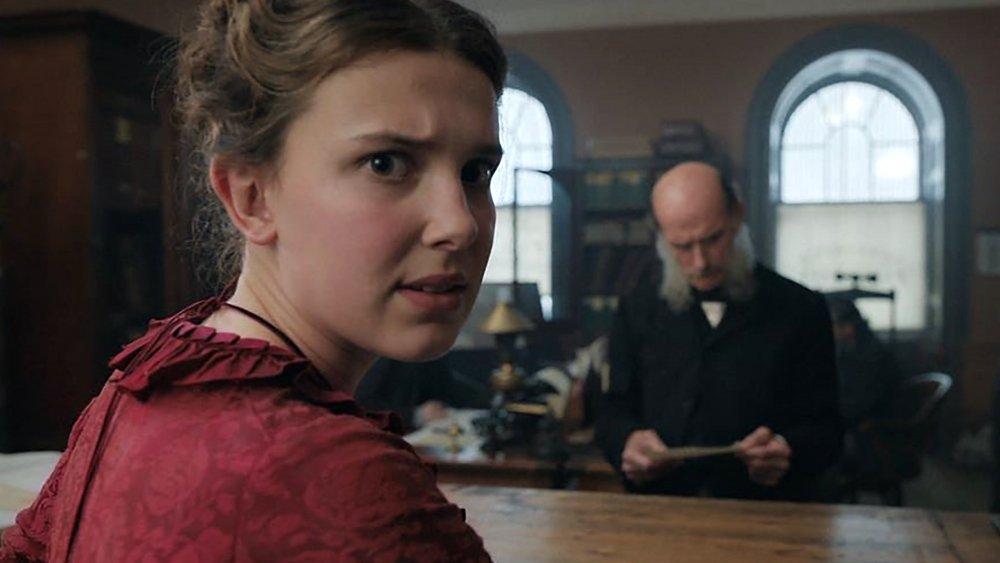 Enola Holmes in una scena del film