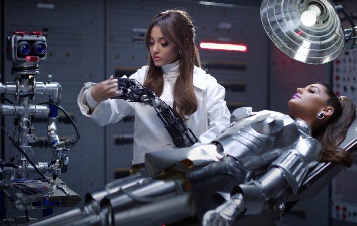 Ariana Grande nel video di 34+35