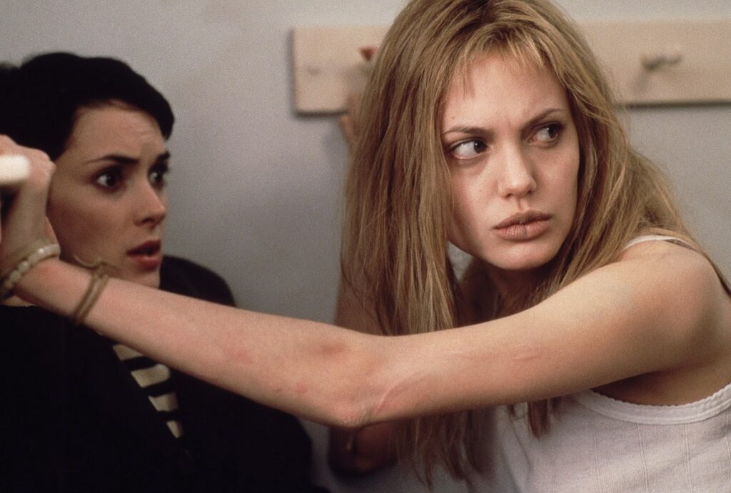 Angelina Jolie e Winona Ryder in una scena del film Ragazze Interrotte