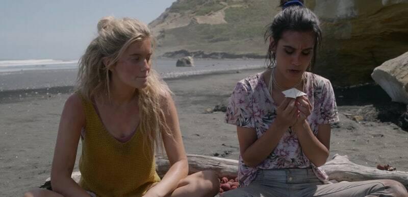 Mia Healey e Sophia Ali in The Wilds, appena rinnovata per la seconda stagione